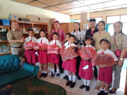 Bantuan Pemdes Pacung Untuk Siswa SD Kurang Mampu