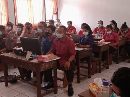 Bersama Bapak Camat dan Tim Desa KBS, Pemdes Pacung Mengikuti Zoom Meeting